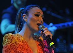 Şarkıcı Ziynet Sali Sevgililer Günü konserinde Mehmetçik'e selam gönderdi